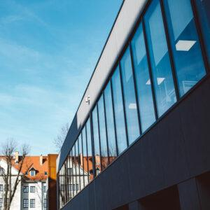 rząd okien w budynku